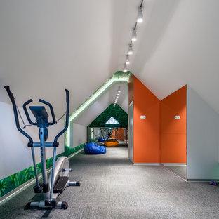 Пример оригинального дизайна: домашний тренажерный зал в современном стиле с серыми стенами, ковровым покрытием и серым полом