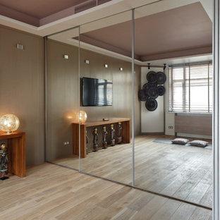 Stilmix Yogaraum mit beiger Wandfarbe und hellem Holzboden in Moskau