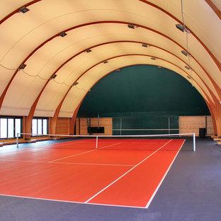 На фото: спортзал в классическом стиле с коричневыми стенами с