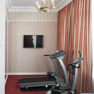 Mittelgroßer Klassischer Fitnessraum mit Indoor-Sportplatz, Teppichboden, rotem Boden und beiger Wandfarbe in Moskau