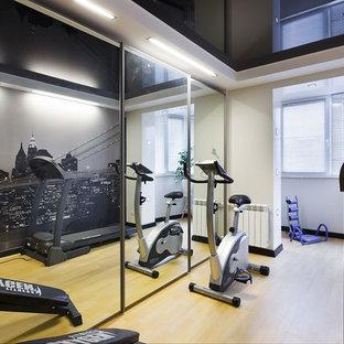 Esempio di una piccola sala pesi contemporanea con pareti multicolore, pavimento in linoleum e pavimento beige