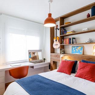Modelo de dormitorio infantil costero, de tamaño medio, con paredes blancas