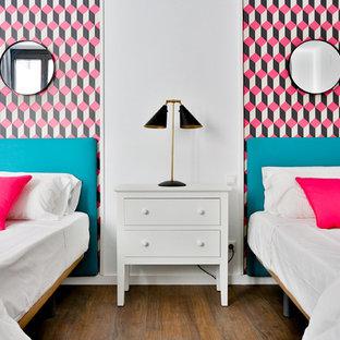 Diseño de dormitorio infantil contemporáneo, de tamaño medio, con paredes multicolor y suelo de madera oscura