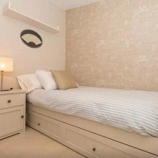 Modelo de habitación infantil unisex mediterránea, pequeña, con paredes beige y suelo blanco