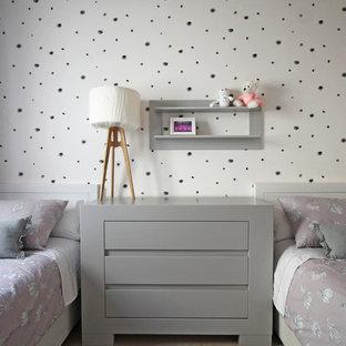 Idéer för ett mellanstort modernt flickrum kombinerat med sovrum och för 4-10-åringar, med vita väggar, marmorgolv och beiget golv