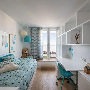 Foto de dormitorio infantil contemporáneo con paredes blancas y suelo de madera clara