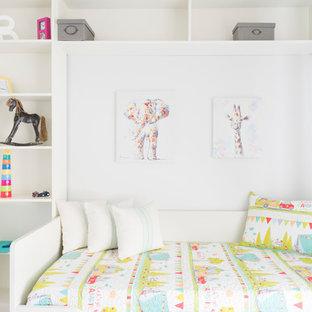 Diseño de dormitorio infantil de 4 a 10 años, actual, con paredes blancas
