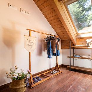 Idée de décoration pour une chambre d'enfant de 4 à 10 ans nordique de taille moyenne avec un mur blanc, un sol en carrelage de céramique et un sol marron.