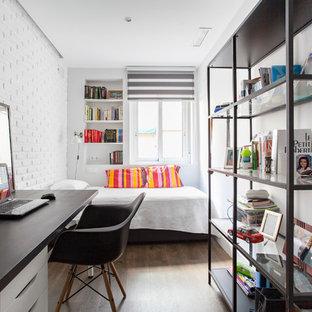 Ejemplo de dormitorio infantil industrial, de tamaño medio, con paredes blancas