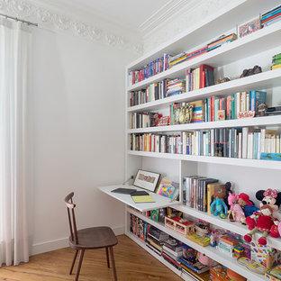 Foto de dormitorio infantil tradicional renovado, de tamaño medio, con paredes blancas y suelo de madera en tonos medios