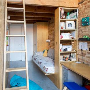 Cette image montre une chambre d'enfant urbaine de taille moyenne avec un mur rouge, béton au sol, un sol bleu et un mur en parement de brique.