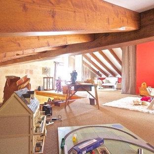 Immagine di un'ampia cameretta per bambini da 4 a 10 anni country con pareti rosse e moquette