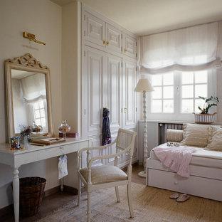 Diseño de dormitorio infantil de 4 a 10 años, romántico, de tamaño medio, con paredes blancas, suelo de madera clara y suelo beige