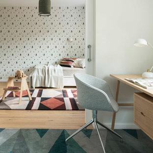 Modelo de habitación infantil unisex de 4 a 10 años, escandinava, de tamaño medio, con paredes multicolor, suelo de madera clara y escritorio