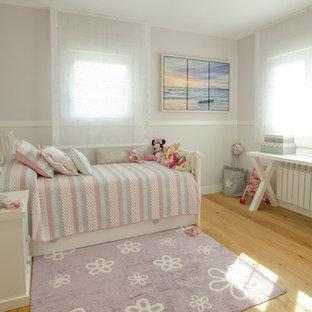 Ejemplo de dormitorio infantil de 4 a 10 años, tradicional, de tamaño medio, con suelo de madera clara y suelo beige