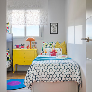 Bild på ett litet eklektiskt könsneutralt barnrum kombinerat med sovrum och för 4-10-åringar, med vita väggar