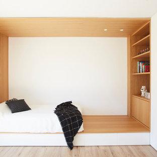 Imagen de dormitorio infantil de 4 a 10 años, moderno, con paredes blancas, suelo de madera clara y suelo beige