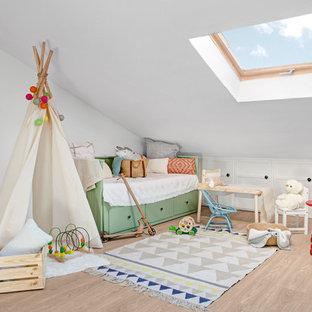 Ejemplo de dormitorio infantil de 1 a 3 años, nórdico, con paredes blancas, suelo de madera clara y suelo marrón