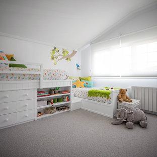 Inspiration för ett litet funkis könsneutralt barnrum kombinerat med sovrum och för 4-10-åringar, med vita väggar, heltäckningsmatta och grått golv