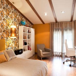 Bild på ett funkis pojkrum kombinerat med sovrum och för 4-10-åringar, med orange väggar, mörkt trägolv och brunt golv