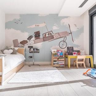 Imagen de dormitorio infantil de 4 a 10 años, escandinavo, con paredes multicolor, suelo de madera en tonos medios y suelo marrón