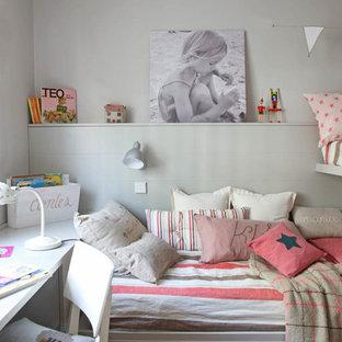 Mittelgroßes, Neutrales Klassisches Kinderzimmer mit Schlafplatz, beiger Wandfarbe und braunem Holzboden in Madrid