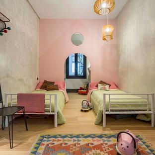 Ejemplo de dormitorio infantil de 4 a 10 años, contemporáneo, de tamaño medio, con paredes rosas y suelo de madera clara