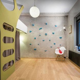 Diseño de dormitorio infantil de 4 a 10 años, contemporáneo, de tamaño medio, con paredes grises y suelo de madera clara
