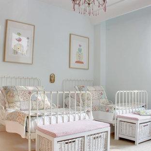 Imagen de dormitorio infantil de 4 a 10 años, romántico, de tamaño medio, con paredes azules