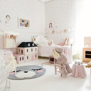 Idées déco pour une grand chambre d'enfant de 1 à 3 ans romantique avec un mur multicolore et un sol blanc.