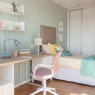 Modelo de dormitorio infantil actual con paredes grises, suelo de madera en tonos medios y suelo marrón