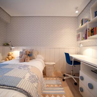 Diseño de dormitorio infantil de 4 a 10 años, clásico renovado, grande, con suelo de madera en tonos medios, suelo beige y paredes multicolor