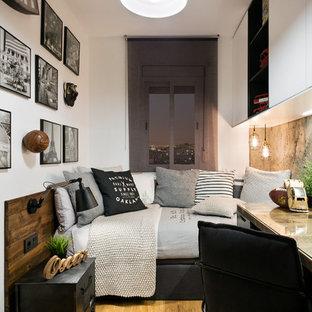 Idées déco pour une petit chambre d'enfant rétro avec un mur blanc et un sol en bois brun.