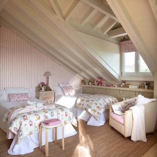 Esempio di una cameretta per bambini da 4 a 10 anni stile shabby di medie dimensioni con pareti beige e moquette
