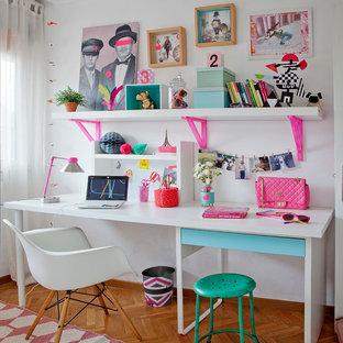 Imagen de dormitorio infantil escandinavo, de tamaño medio, con escritorio, paredes blancas y suelo de madera en tonos medios