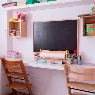 Inspiration för ett litet funkis flickrum för 4-10-åringar och kombinerat med skrivbord, med vita väggar och mellanmörkt trägolv