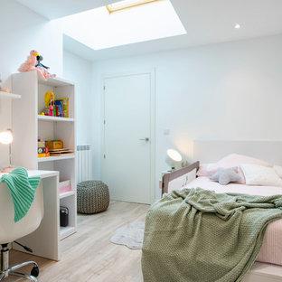 Foto de habitación de niña de 4 a 10 años, actual, con paredes blancas, suelo de madera clara y suelo beige