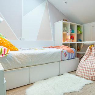 Ejemplo de habitación de niña de 4 a 10 años, actual, con paredes blancas, suelo de madera clara y suelo beige