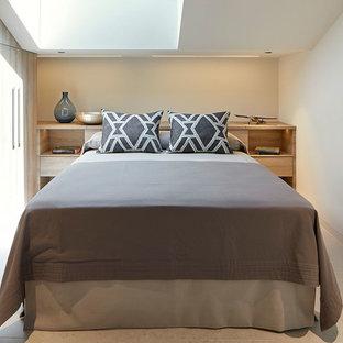 Modelo de dormitorio infantil actual con paredes blancas y suelo beige