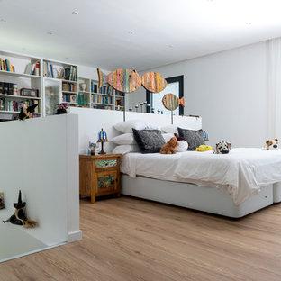 Imagen de dormitorio infantil contemporáneo, grande, con paredes blancas, suelo de madera clara y suelo beige