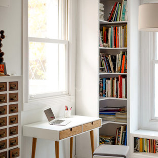 Ispirazione per una piccola cameretta per bambini scandinava con pareti bianche e pavimento con piastrelle in ceramica