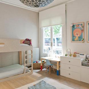 Imagen de dormitorio infantil de 4 a 10 años, tradicional renovado, de tamaño medio, con paredes beige