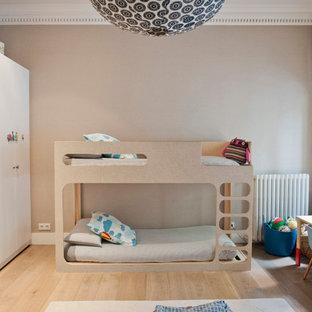 Modelo de dormitorio infantil de 4 a 10 años, clásico renovado, de tamaño medio, con paredes beige