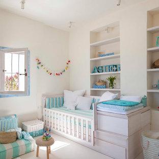 Foto de dormitorio infantil de 1 a 3 años, costero, de tamaño medio, con paredes blancas y suelo blanco