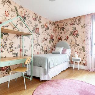 Diseño de dormitorio infantil de 4 a 10 años, actual, con paredes multicolor y suelo de madera clara