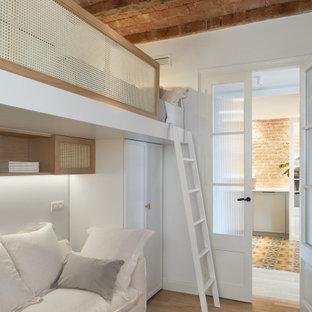 Идея дизайна: нейтральная детская среднего размера в современном стиле с спальным местом, белыми стенами, паркетным полом среднего тона, бежевым полом и деревянным потолком для подростка