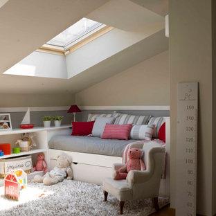 Idee per una cameretta per bambini tradizionale con pareti beige, pavimento in legno massello medio, pavimento marrone e soffitto a volta