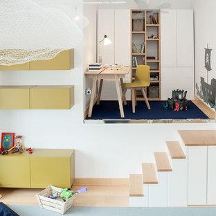 Ejemplo de dormitorio infantil de 1 a 3 años, actual, de tamaño medio, con paredes blancas y suelo de madera clara