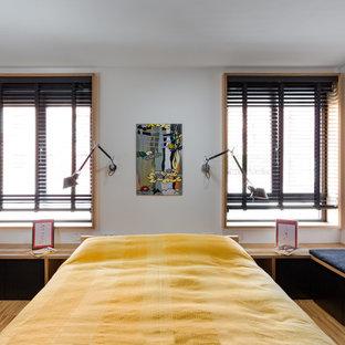 Modelo de dormitorio infantil de estilo zen, grande, con paredes blancas, suelo de madera en tonos medios y suelo marrón