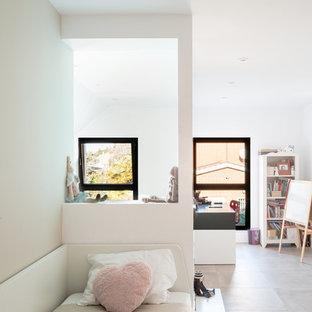 Ejemplo de dormitorio infantil de 4 a 10 años, mediterráneo, grande, con paredes blancas, suelo de baldosas de cerámica y suelo gris